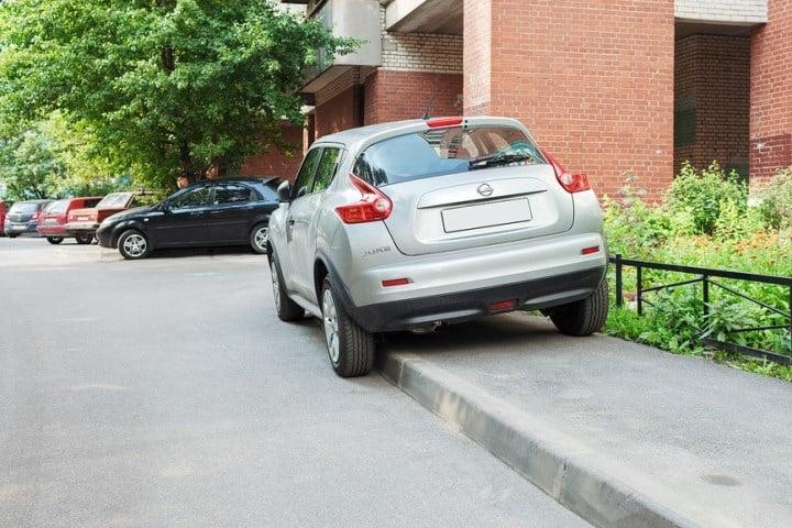 Машина на тротуаре