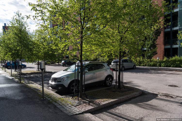 Машина на парковке под деревьями