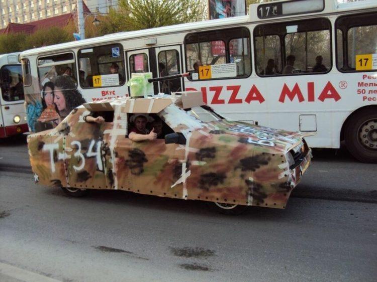 Картонный Т-34 на машине
