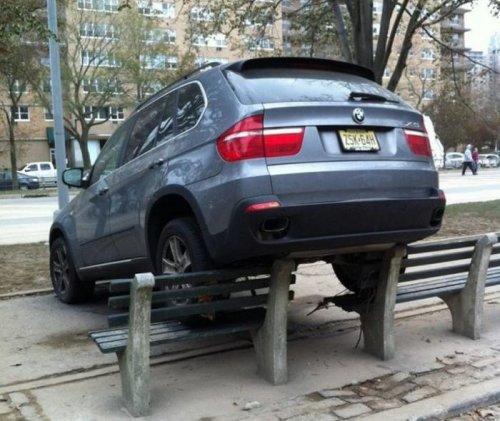 Авто задними колесами на лавке