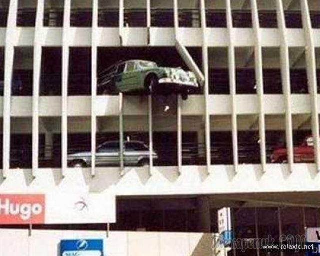 Автомобиль пробил парковку на верхнем этаже