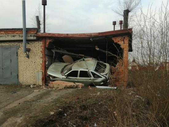 Автомобиль сломал гараж