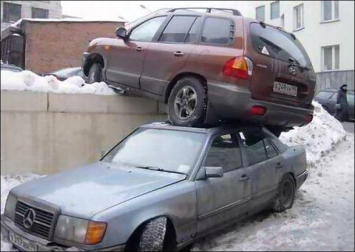 Автомобиль съехал на крышу авто
