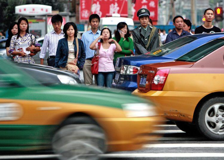 Китайские пешеходы на переходе