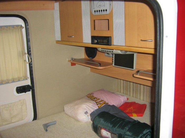 Кровать в домике для мотоцикла