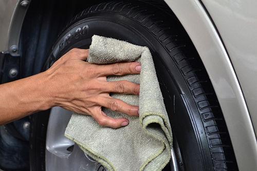Вытирание шины тряпкой