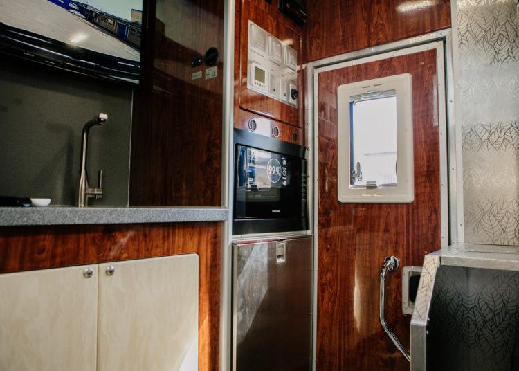 Шкафы и микроволновка в КАМАЗе