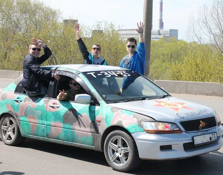 Надпись на машине Т-34 и парни в очках