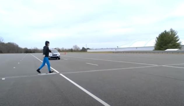 Пешеход и авто по трассе