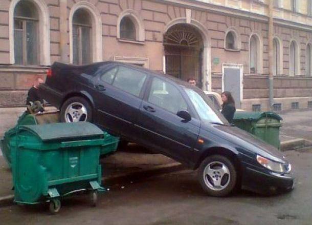 Авто на мусорном баке