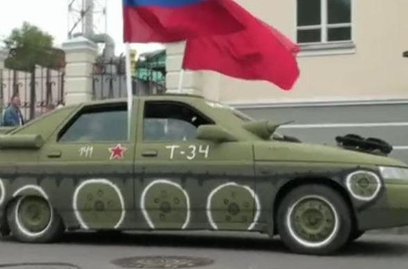 Легковое авто украшено как танк