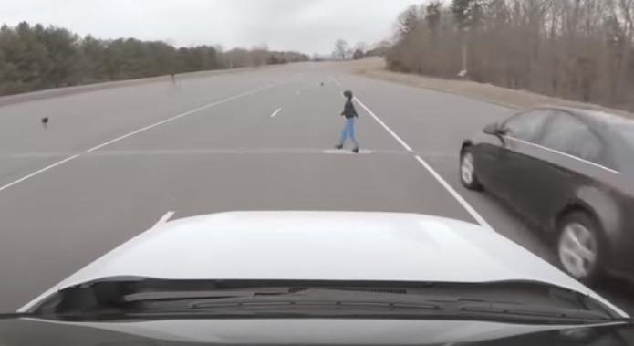 Манекен-ребенок идет перед машиной