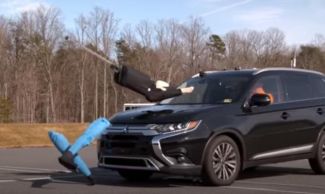 Авто сбивает манекен