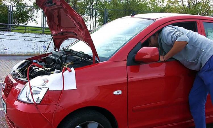 Открытый капот авто и водитель