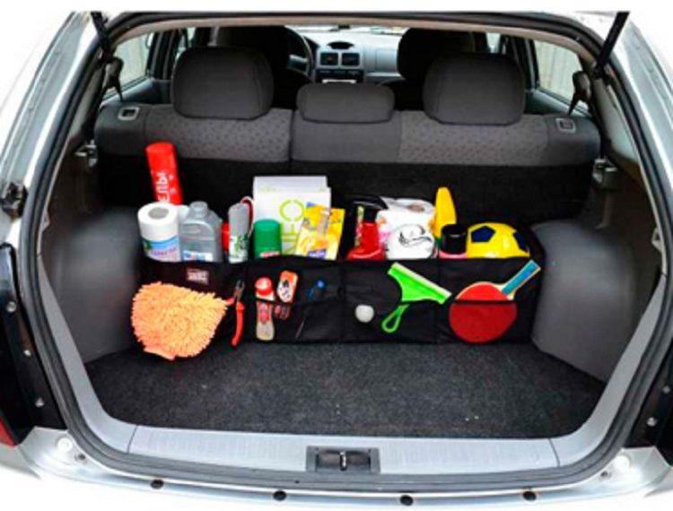Вещи в органайзере в багажнике