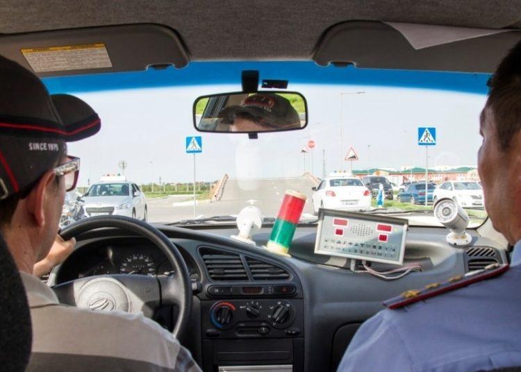 Водитель за рулем и полицейский