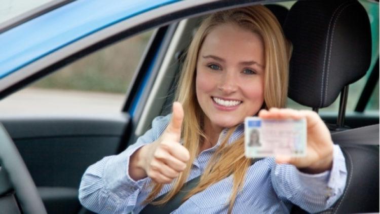 Девушка-водитель показывает права
