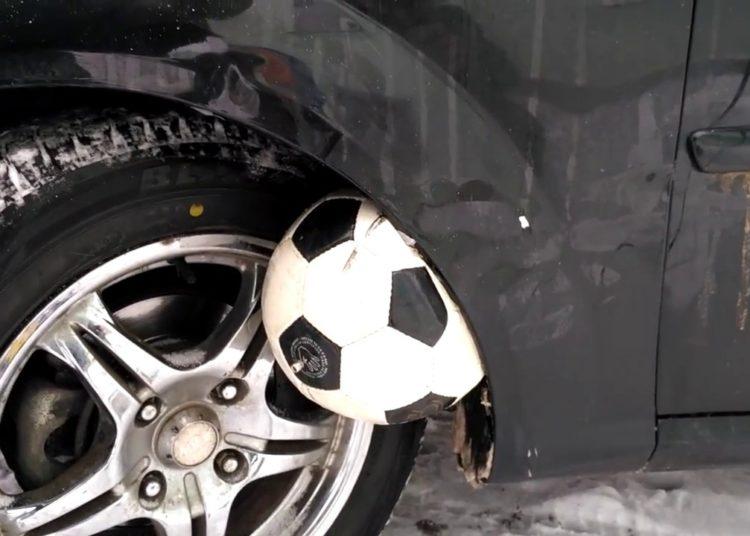 Мяч между аркой и колесом