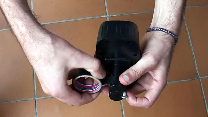 Батарея и изолента в руках