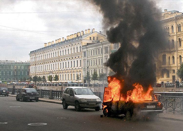 Машина горит на дороге