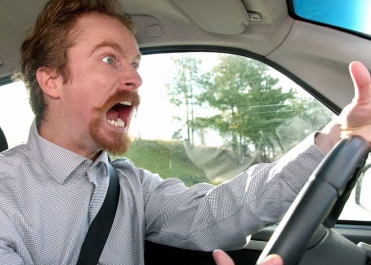 Водитель кричит за рулем