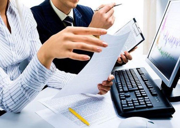 Люди с документами и компьютер