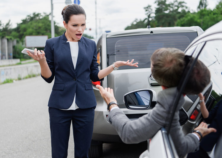 Девушка кричит на водителя
