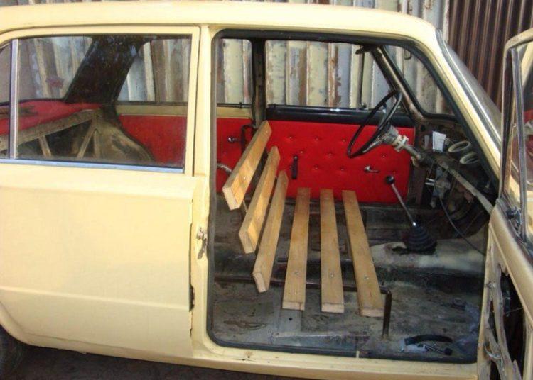 Салон авто с деревянной лавкой