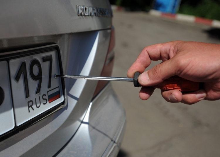 Откручивание номеров авто с помощью отвертки