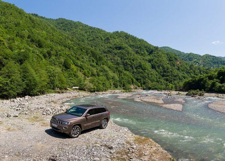Машина на берегу у водоема