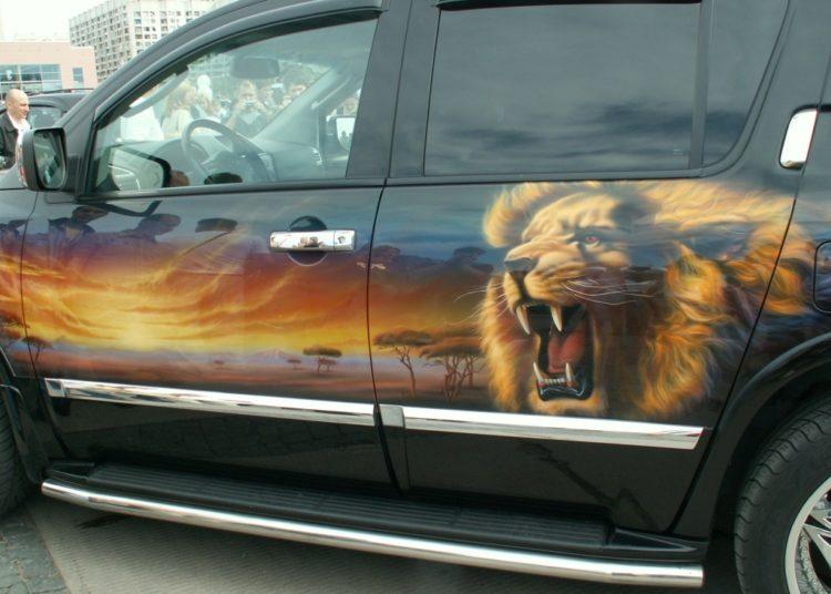 Аэрография на авто лев