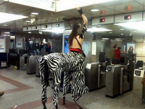 Человек в костюме зебры в метро