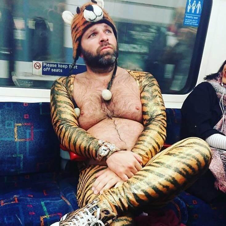 Мужчина в костюме тигра в метро