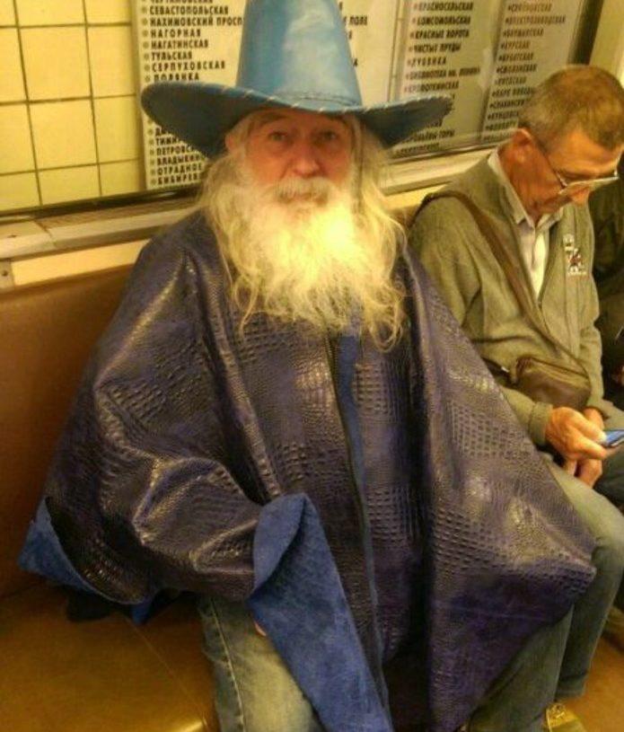 Дед в костюме волшебника