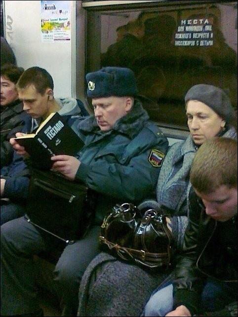 Полицейский с книгой о Гестапо