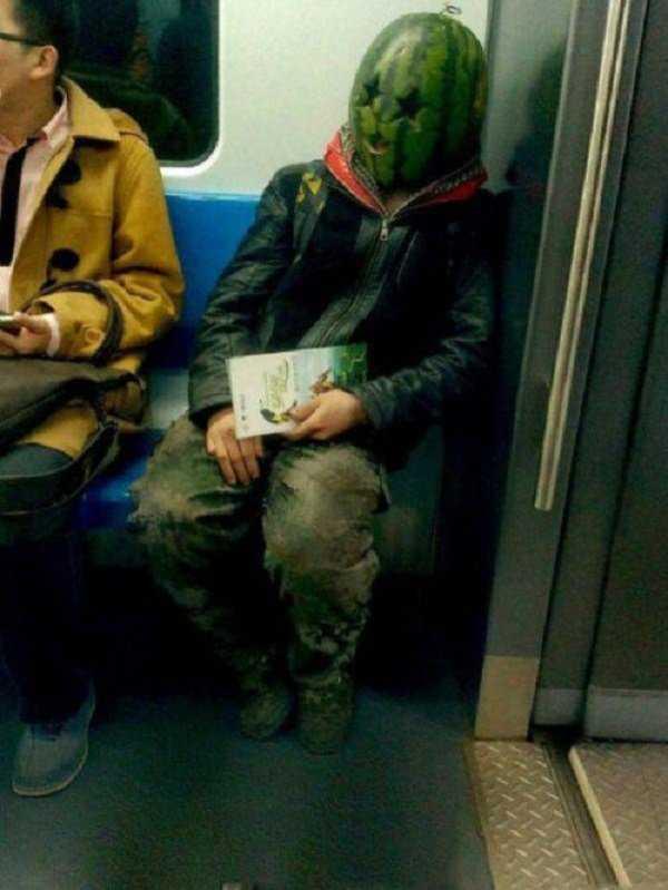 Человек в маске из арбуза в метро