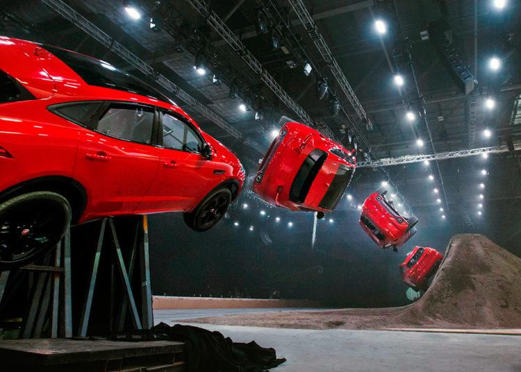 Автомобиль Ягуар летит