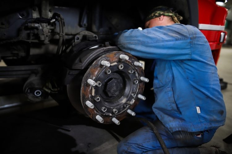 Человек ремонтирует авто