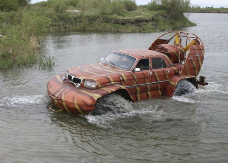 Волга-амфибия в воде