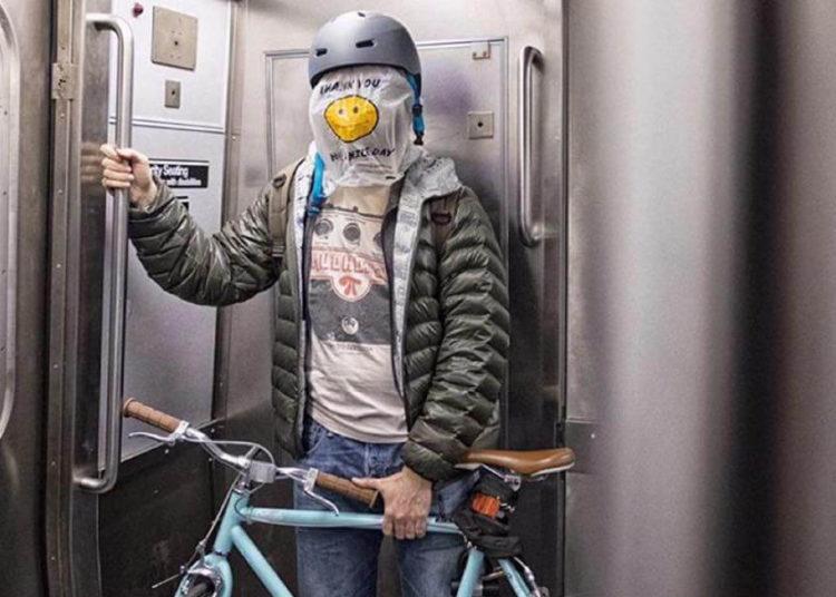 Человек в шлеме и в пакете