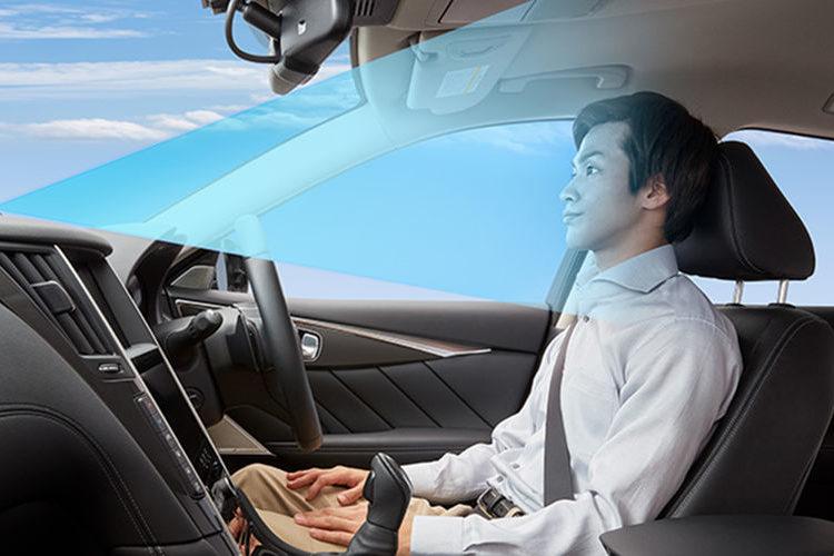 Водитель за рулем и прожектор