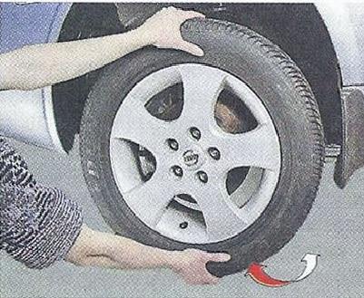 Снятое колесо авто