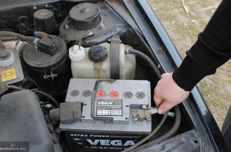 Демонтаж аккумулятора с авто