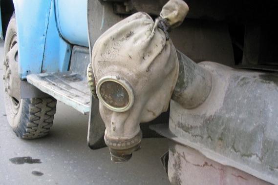 Противогаз на бензобаке