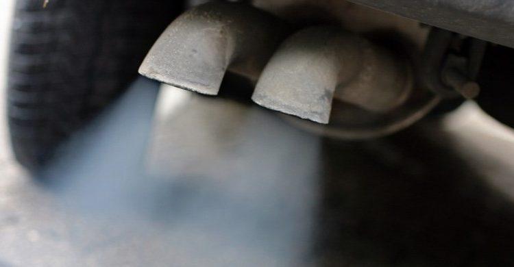 Светлый выхлоп из трубы авто