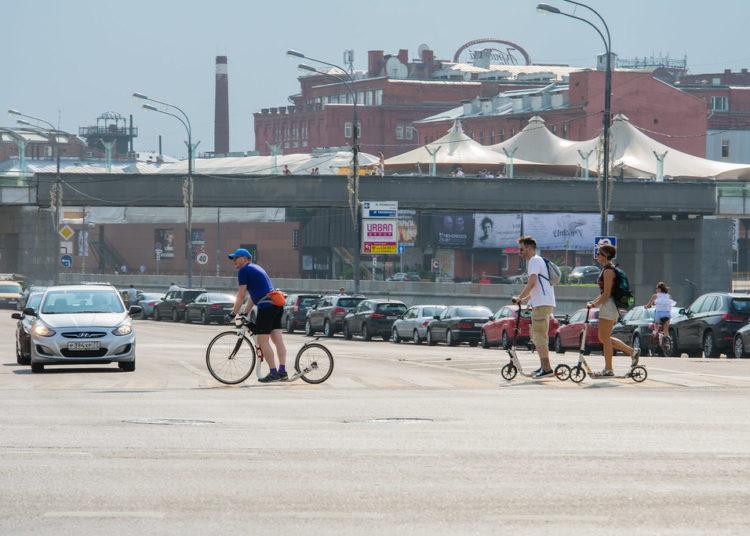 Велосипед и самокаты на пешеходном переходе