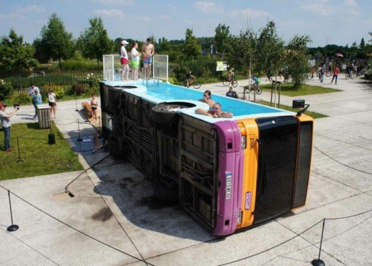 Люди в бассейне из автобуса
