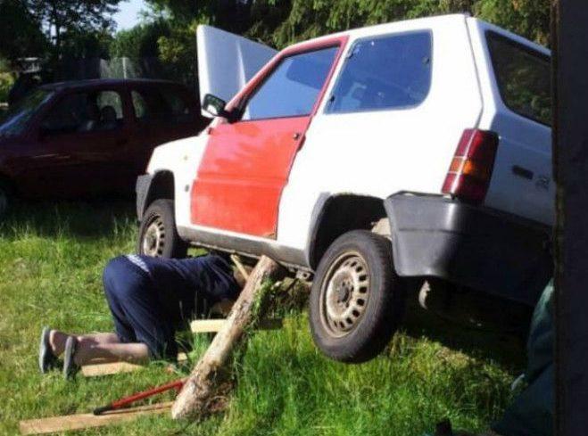Автомобиль с деревянными подпорками