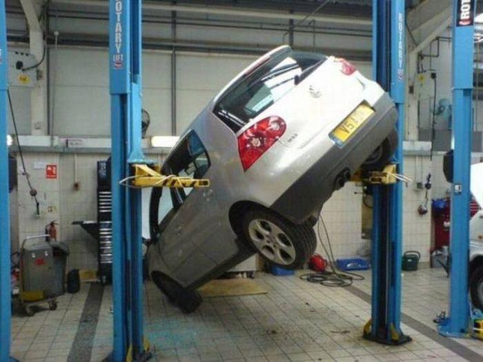 Машина поднята между столбами