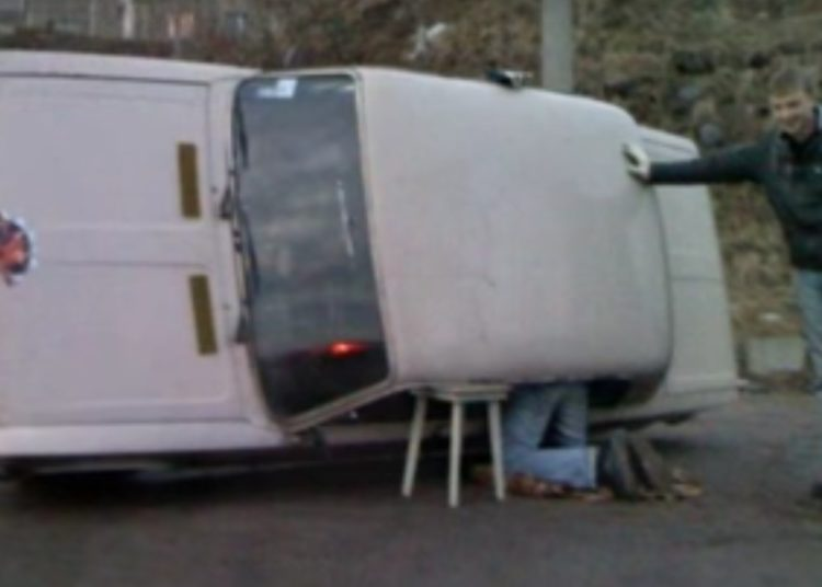 Табуретка подпирает автомобиль